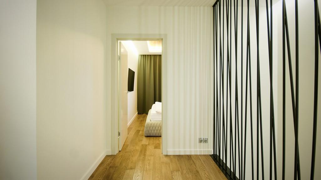 дизайн проект квартиры в ЖК пятницкие кварталы, дизайн интерьера ЖК пятницкие кварталы, современная лестница, проект реализация, ремонт квартиры, современный интерьер, черная лестница, светодиодная подсветка