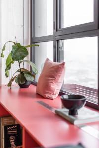 проект маленькой квартиры, проект студии, квартира 32м2, дизайн проект маленькой квартиры, квартира дял девушки, современный интерьер, фанера в интерьере, фанерная кухня